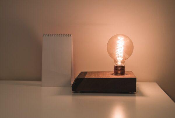 lampada acessa - 10 Erros que você deve estar cometendo para não economizar na conta de luz