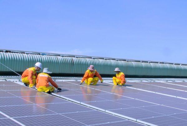 trabalhadores placas solares - Como ficar livre dos aumentos na conta de luz com energia solar?